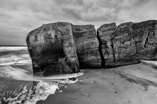 Sort hvid bunker i sandet af Niels Foltved