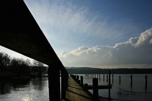 Bådbro i solen af Niels Foltved