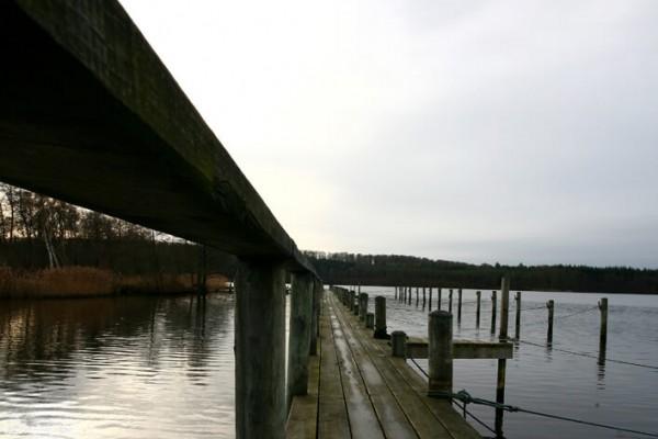Bådbro i gråvejr af Niels Foltved