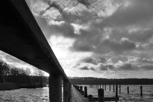 sort hvid bådbro i sol