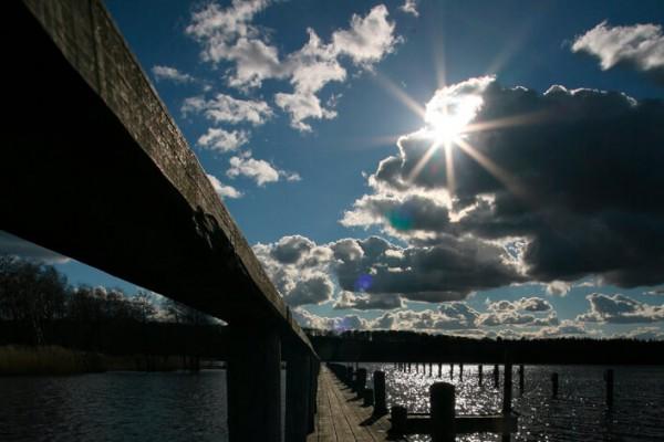 Bådbro i skarp sol af Niels Foltved