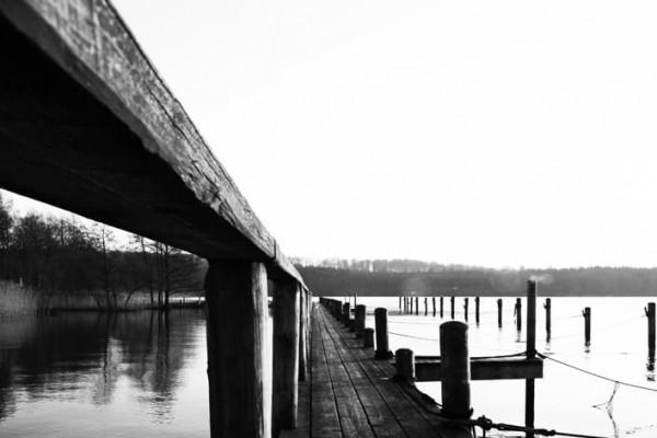 Sort hvid bådbro klar sommeraften af Niels Foltved
