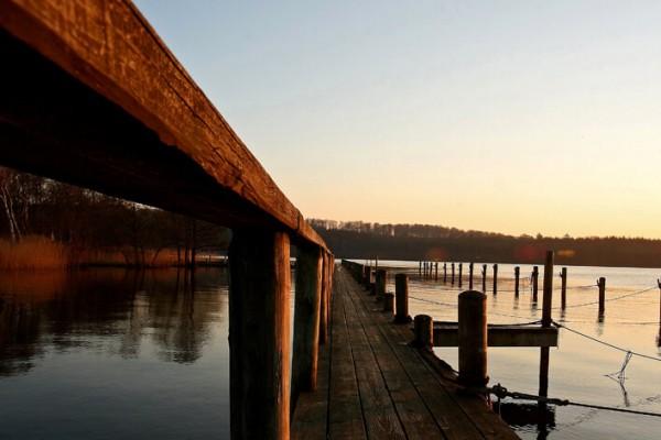 Bådbro i varm lys af Niels Foltved