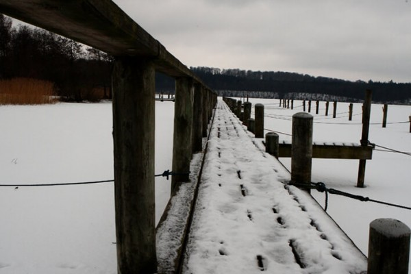 Bådbro med fodspor i sneen af Niels Foltved