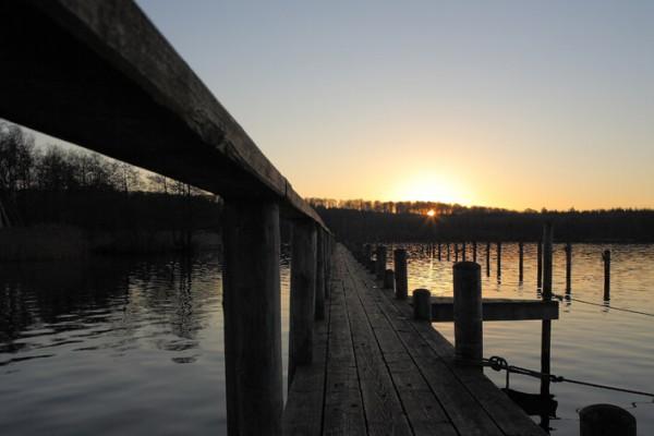 Bådbro og solnedgang af Niels Foltved